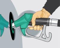 Mano que rellena el coche con el surtidor de gasolina Fotos de archivo