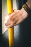 Mano que se sostiene en transporte público Foto de archivo