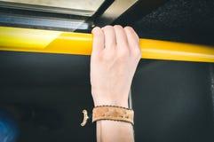 Mano que se sostiene en transporte público Imagen de archivo libre de regalías