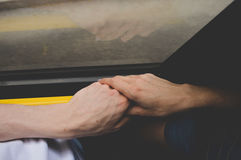 Mano que se sostiene en transporte público Fotografía de archivo libre de regalías