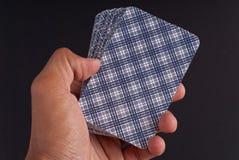Mano que soporta las tarjetas de Tarot Fotografía de archivo libre de regalías