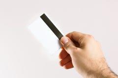 Mano que soporta una tarjeta de crédito Imagen de archivo libre de regalías