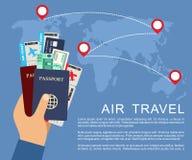 Mano que sostiene billetes de avión y pasaportes Concepto del transporte aéreo Foto de archivo