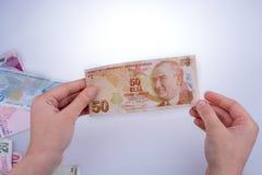Mano que sostiene el billete de banco de la lira de Turksh disponible Imagenes de archivo