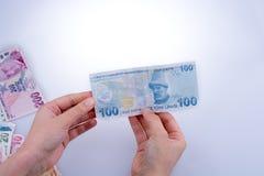 Mano que sostiene el billete de banco de la lira de Turksh disponible Fotos de archivo libres de regalías