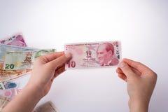 Mano que sostiene el billete de banco de la lira de Turksh disponible Imagen de archivo