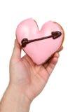 Mano que sostiene el buñuelo en forma de corazón Fotografía de archivo libre de regalías