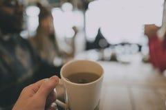 Mano que sostiene el café Imágenes de archivo libres de regalías