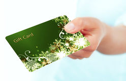 Mano que sostiene el carte cadeaux aislado sobre blanco Imagen de archivo libre de regalías