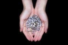 Mano que sostiene el casquillo de aluminio imágenes de archivo libres de regalías