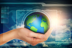 Mano que sostiene el globo en interfaz virtual azul Foto de archivo libre de regalías