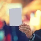 Mano que sostiene el Libro Blanco Imágenes de archivo libres de regalías