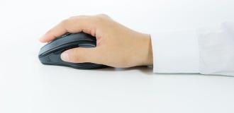 Mano que sostiene el ratón de la radio del ordenador Fotos de archivo