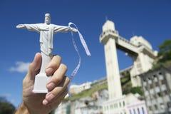 Mano que sostiene el recuerdo de Cristo en Salvador Brazil Lacerda Elevator Imágenes de archivo libres de regalías