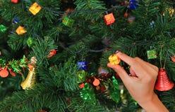 Mano que sostiene el regalo mágico de la Navidad decorativo Concepto de la Feliz Navidad y de la Feliz Año Nuevo fotos de archivo libres de regalías