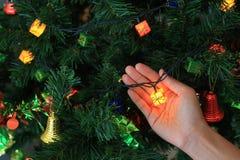 Mano que sostiene el regalo mágico de la Navidad decorativo Concepto de la Feliz Navidad y de la Feliz Año Nuevo foto de archivo