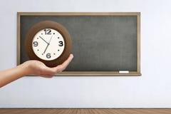 Mano que sostiene el reloj imagen de archivo libre de regalías