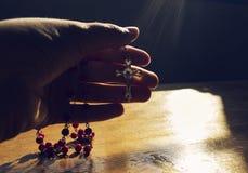 Mano que sostiene el rosario Fotografía de archivo