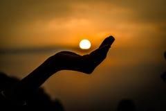 Mano que sostiene el sol Fotografía de archivo