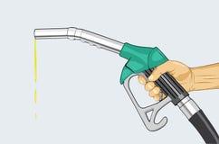 Mano que sostiene el surtidor de gasolina Foto de archivo