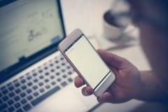 Mano que sostiene el teléfono imagen de archivo libre de regalías