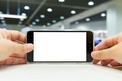 Mano que sostiene el teléfono elegante imagen de archivo