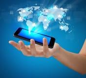 Mano que sostiene el teléfono móvil moderno de la tecnología de comunicación Foto de archivo libre de regalías