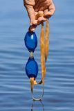 Mano que sostiene gafas de la natación Imagen de archivo libre de regalías