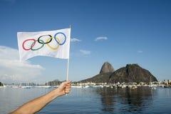 Mano que sostiene la bandera olímpica Rio de Janeiro Imagenes de archivo