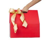 Mano que sostiene la caja de regalo roja Foto de archivo libre de regalías