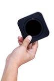 Mano que sostiene la caja negra cuadrada Imagenes de archivo