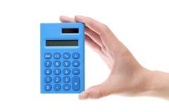 Mano que sostiene la pequeña calculadora Fotografía de archivo libre de regalías