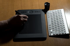 Mano que sostiene la tableta del dibujo para el diseñador gráfico fotografía de archivo libre de regalías