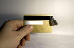 Mano que sostiene la tarjeta de crédito con la cerradura de la ejecución imagen de archivo