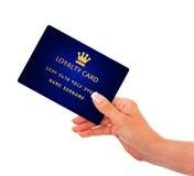 Mano que sostiene la tarjeta de la lealtad aislada sobre blanco Fotografía de archivo libre de regalías