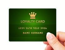 Mano que sostiene la tarjeta de la lealtad aislada sobre blanco Imágenes de archivo libres de regalías