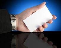Mano que sostiene la tarjeta de la presentación en blanco fotografía de archivo libre de regalías