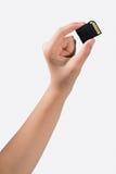 Mano que sostiene la tarjeta de memoria aislada en blanco Fotografía de archivo