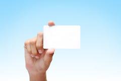 Mano que sostiene la tarjeta de visita blanca Fotos de archivo libres de regalías