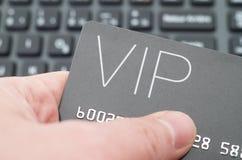 Mano que sostiene la tarjeta del VIP Imagen de archivo