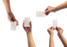 Mano que sostiene la tarjeta en blanco Imagen de archivo
