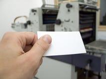 Mano que sostiene la tarjeta en blanco de la visita Imagenes de archivo