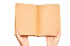 Mano que sostiene los cuadernos aislados en el fondo blanco Fotografía de archivo libre de regalías
