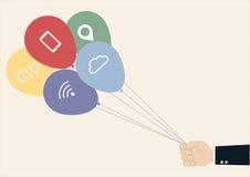 Mano que sostiene los globos coloridos con la comunicación