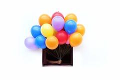 Mano que sostiene los globos del color Fotografía de archivo libre de regalías