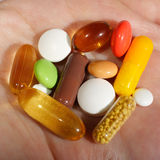Mano que sostiene píldoras médicas Fotos de archivo libres de regalías