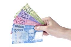 Mano que sostiene Pesos chilenos coloridos imágenes de archivo libres de regalías