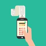 Mano que sostiene smartphone con el control de las compras Fotos de archivo libres de regalías