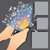 Mano que sostiene Smartphone con los iconos del uso Fotos de archivo