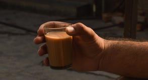 Mano que sostiene té de la leche Fotografía de archivo libre de regalías